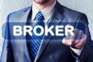 Businessman klickt auf Broker Button