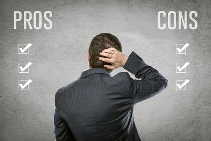 Geschäftsmann wägt vor und Nachteile ab
