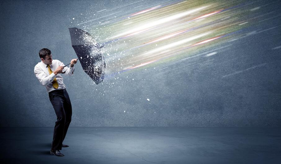 Geschäftsmann schützt sich durch Schirm