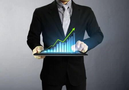 Geschäftsmann Hand Touchscreen Aktienkurs Grafik auf einem Tablet